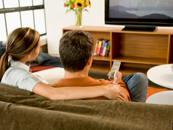 pareja-mira-tv