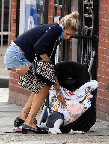 A famosa se le cae su bebé y sigue hablando por celular