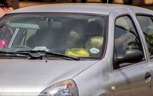 Docente lleva a 19 alumnos de excursión en un Renault Clio - Fotos