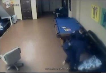 Video estremecedor: Policías dan fuerte golpiza a un indigente