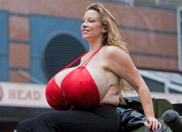 Fotos: Ésta es la mujer con los senos más grandes del mundo