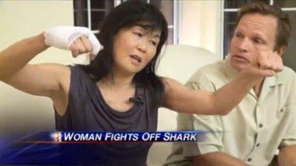 Insólito: Se defiende a los golpes del ataque de tiburón - Video