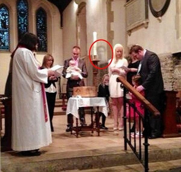 Foto insólita: Abuelo muerto aparece en el bautismo de su nieta