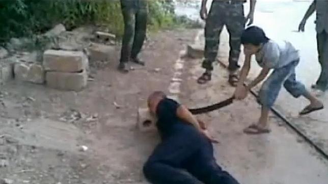 Polémica mundial: Niño sirio decapita a un militar preso - Video