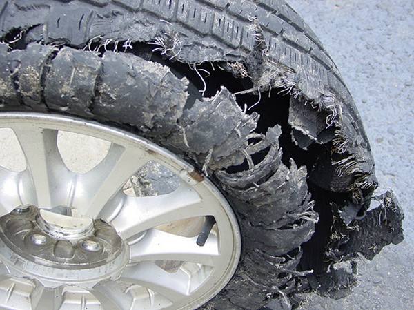 Cómo actuar si se revienta un neumático