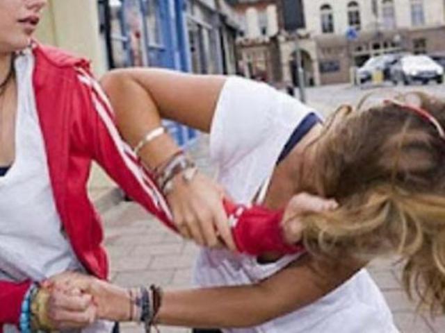 Golpeó a una maestra porque no le entregó la carpeta de su hijo