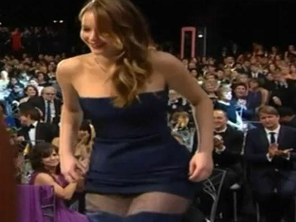 Video: a Jennifer Lawrence se le rompe el vestido al buscar su premio