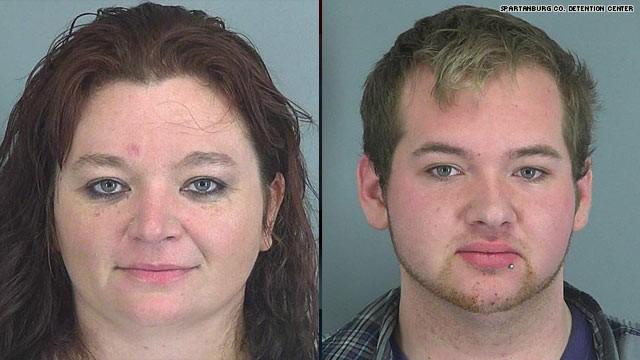Arrestan a madre e hijo por emborracharse en un bar