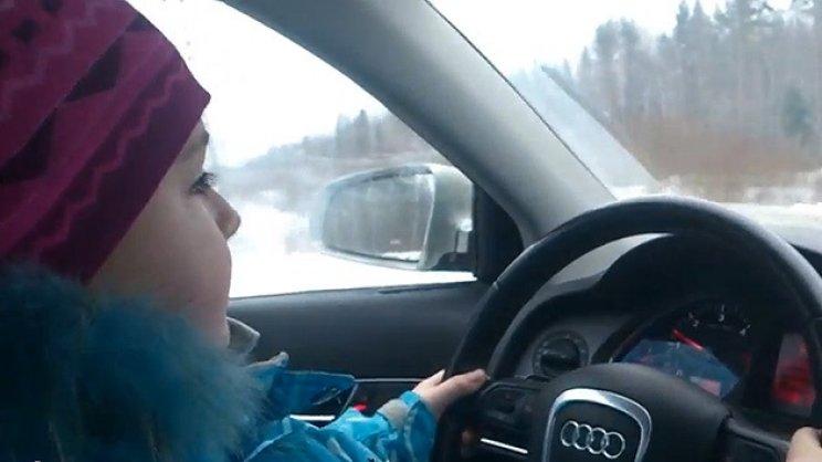 VIDEO: Niña maneja a gran velocidad por una autopista