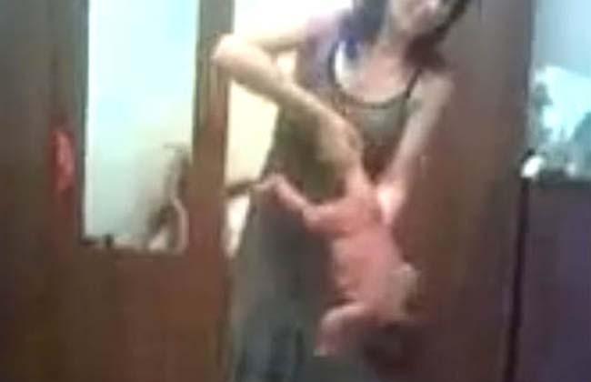 Video indignante: Practica 'yoga infantil' con bebé recién nacido