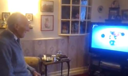 Video: Abuelo habilidoso boxea en la Wii