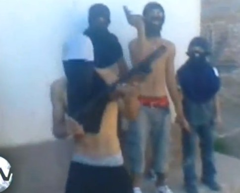 Video: Jóvenes armados amenaza a grupo adolescente
