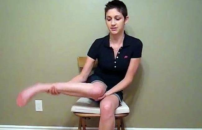 Video impresionante: joven gira su pierna en 180 grados