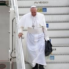 Qué hay dentro del portafolio negro del Papa Francisco